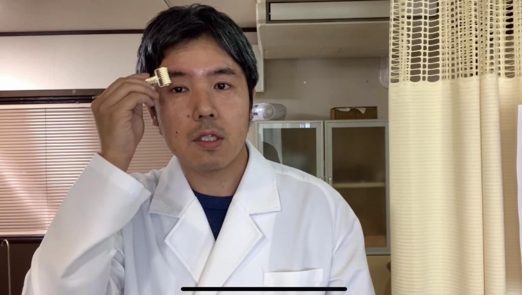 眉の筋肉をローラー鍼でほぐすと、眉間や目のたるみに効果的