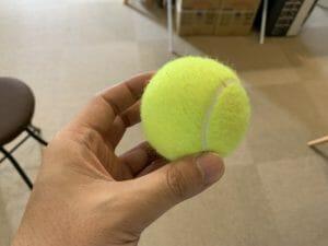 坐骨神経痛ストレッチで使うテニスボール