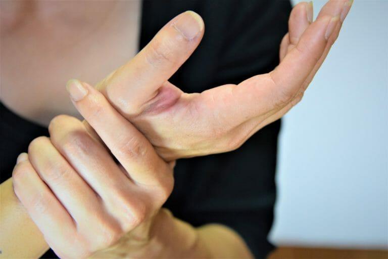 自分でできる本格的な腱鞘炎の治し方【テーピング~ケアの方法まで】