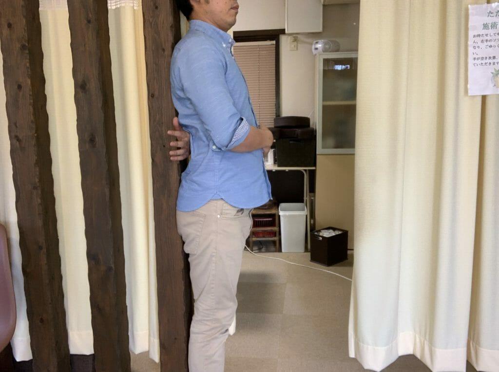 反り腰判定②:壁にお尻と背中を付けると隙間が大きい
