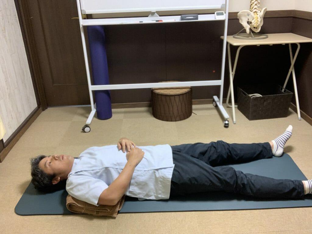【四十肩・五十肩の夜間痛の対処法】仰向けで肩の下にタオルを敷く