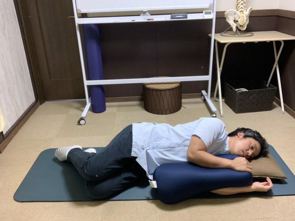【四十肩・五十肩の夜間痛の対処法】横に寝た状態で腕をクッションで支える