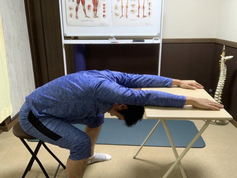 デスクワーク中の簡単ストレッチおすすめ6選|肩こり・腰痛対策
