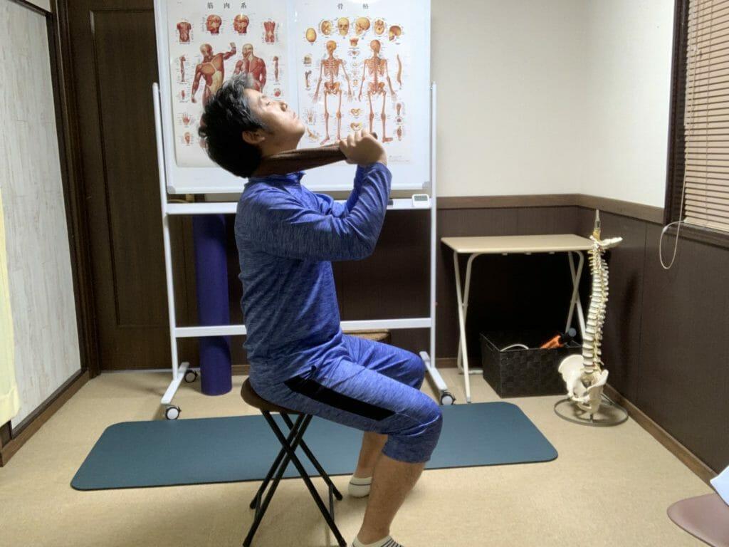 タオルを首にかけて上を向くと首の矯正ができて、肩こりも解消される
