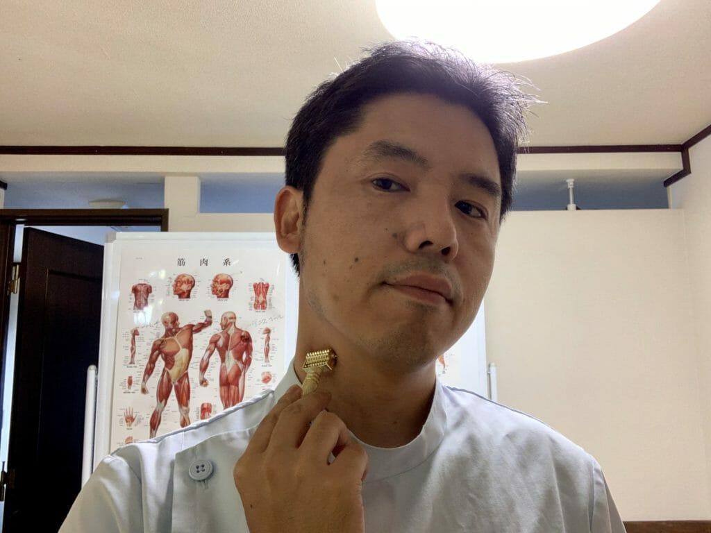 ローラー鍼で胸鎖乳突筋をセルフケアしている様子