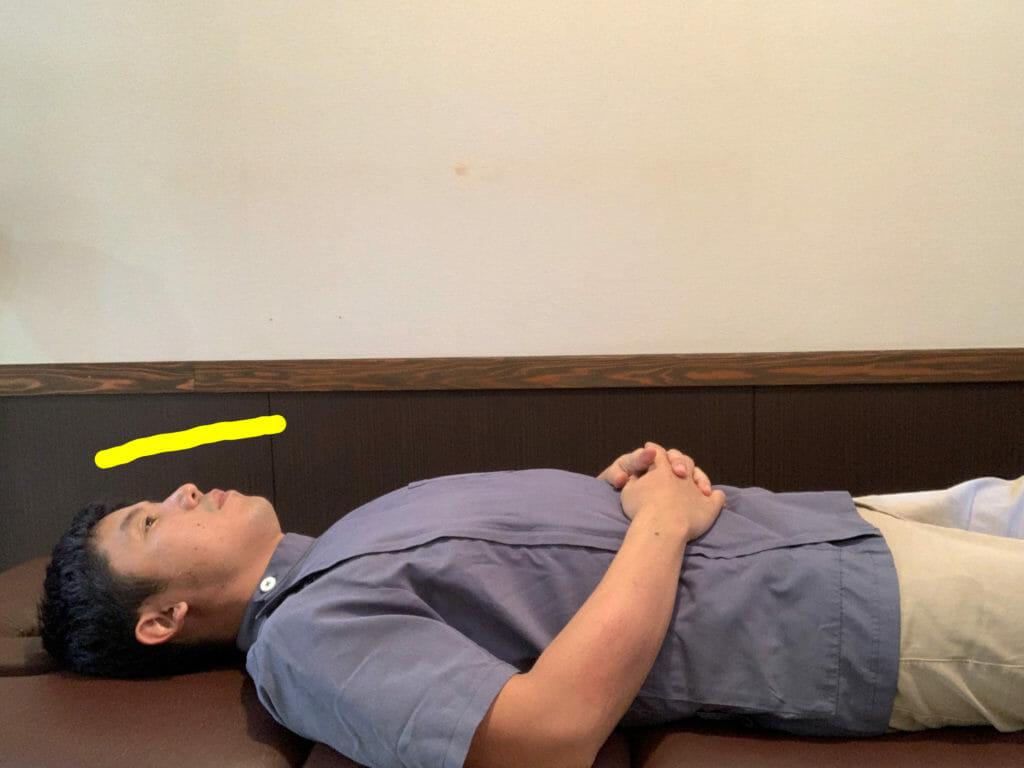 枕の上で、鼻先が天井を向いてしまうと首を痛める