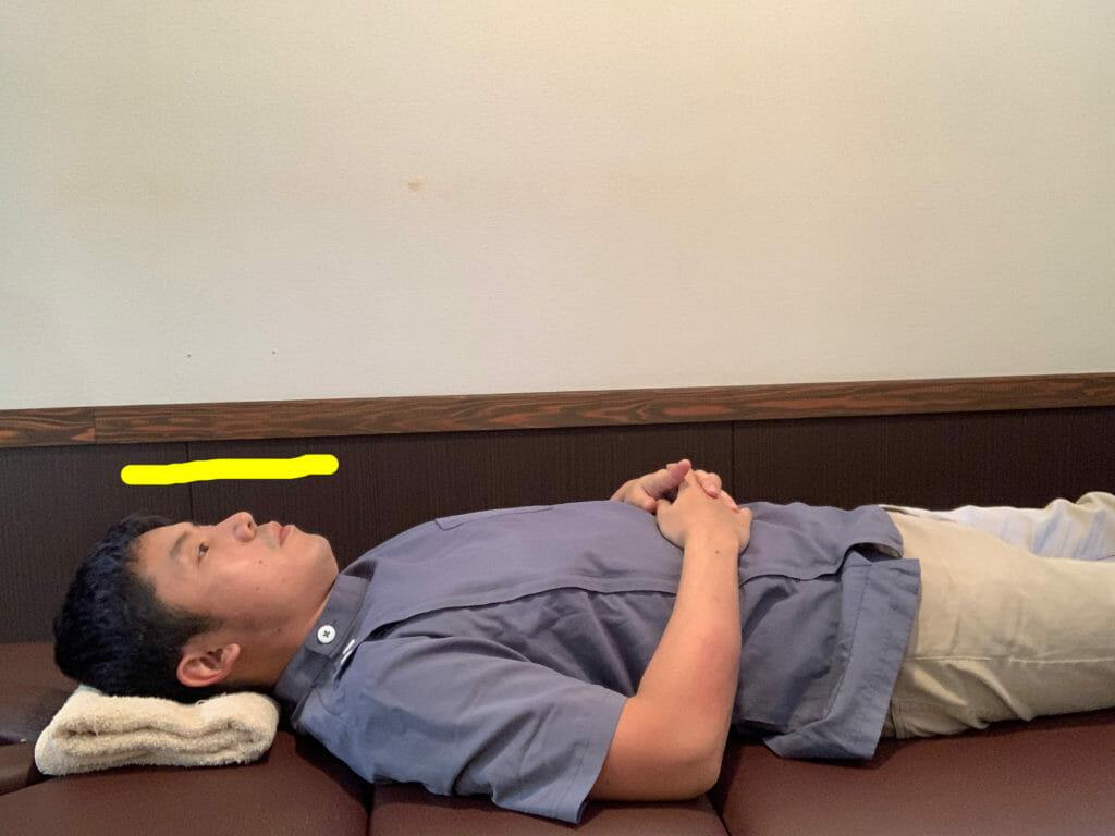 枕の上の頭が、地面と平行だと首を痛めにくい