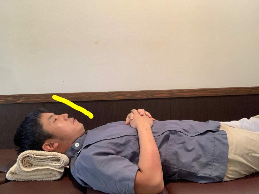 枕の上の顔が傾くと首を痛めやすい