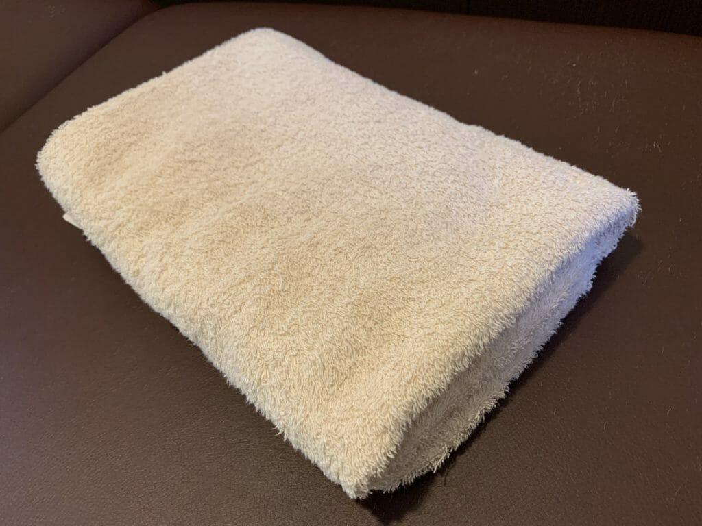 枕の高さを計るために、バスタオルを利用する