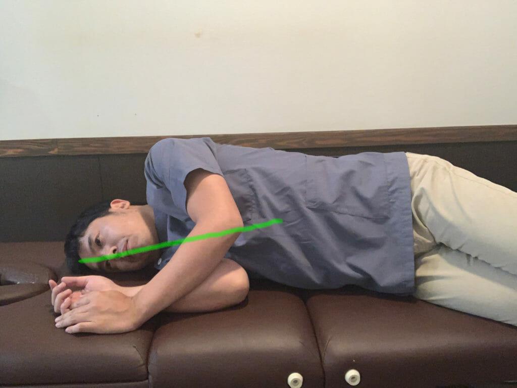 枕なしで寝るのは、首の痛みの原因になる