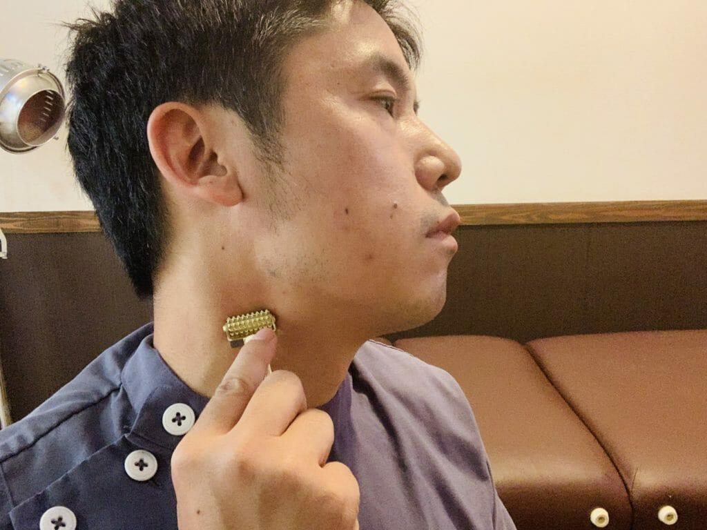 ローラー鍼で、首の痛みを緩和するマッサージ