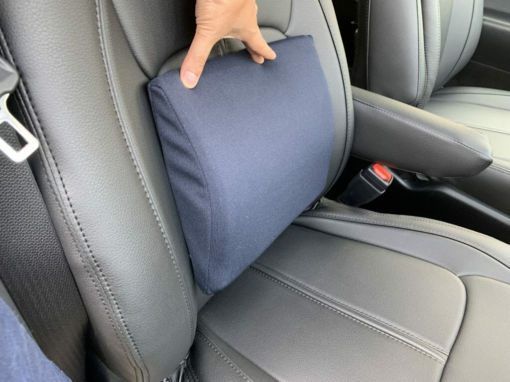 背もたれ式のデスクワーク用クッションは車の座席に適しやすい