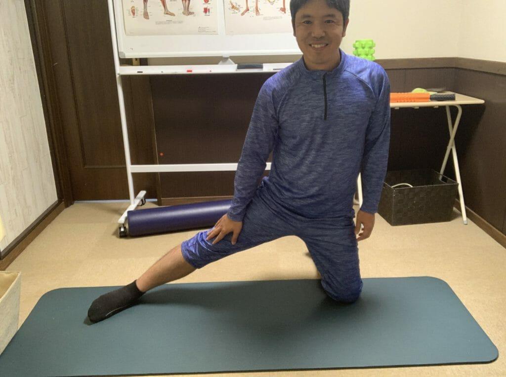 膝を立てて股関節の内側をストレッチする