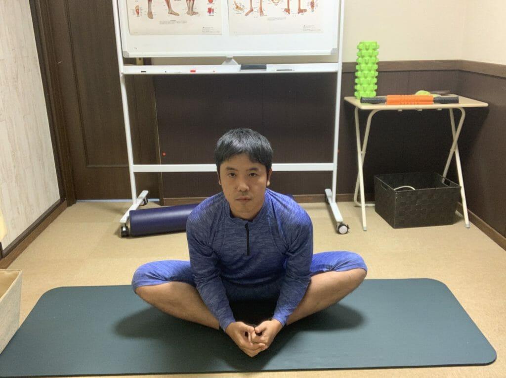 股関節の内側を骨盤を前に倒して伸ばす