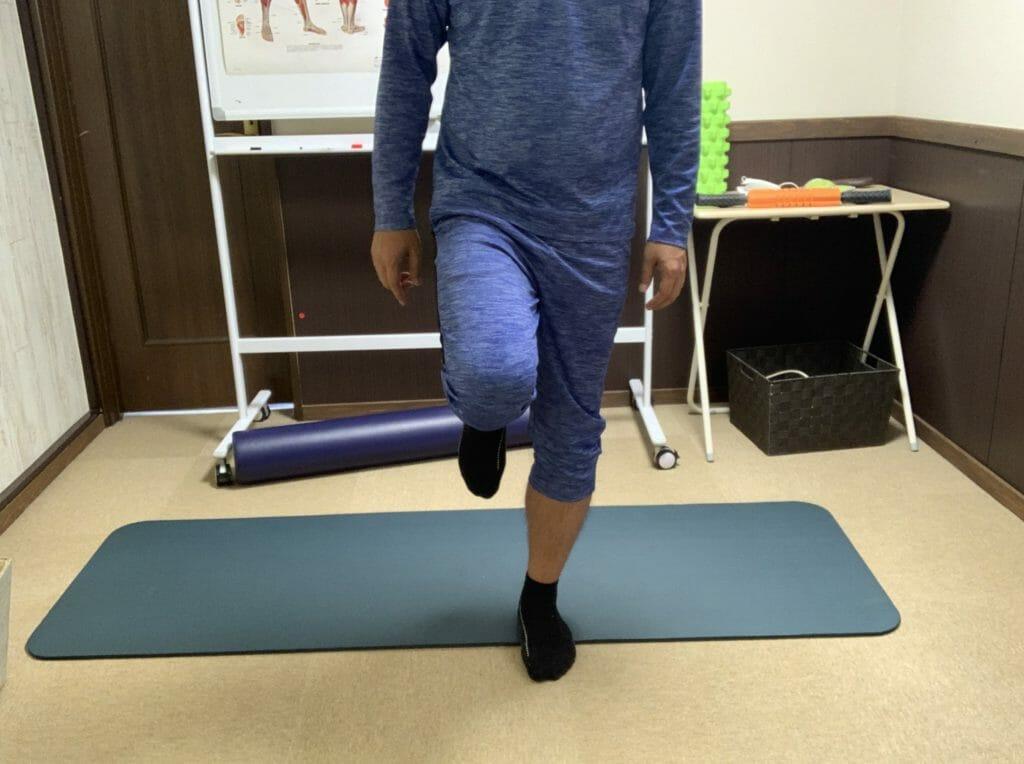 膝の関節は前後の動きには強く、ねじりに弱い