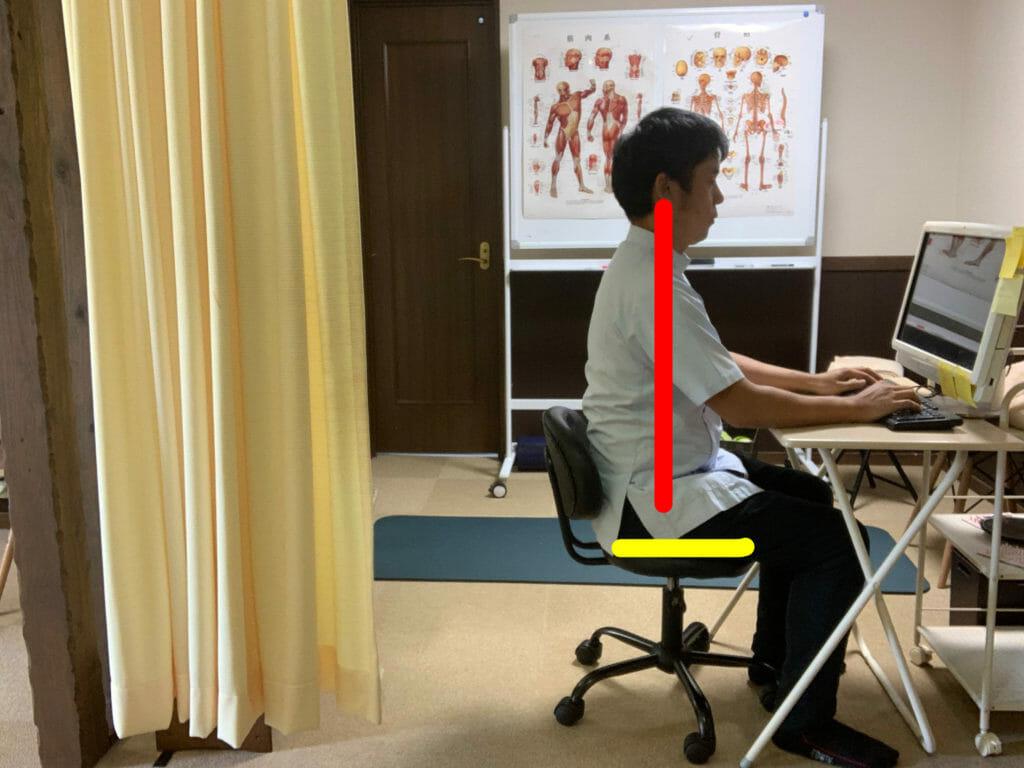 デスクワークの正しい姿勢 肩腰に負担が少なく疲れない座り方を徹底解説!