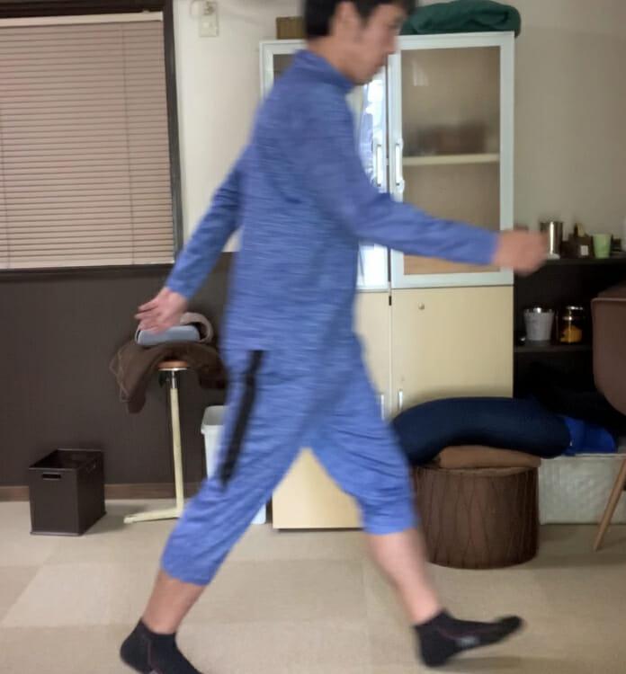 ウォーキング中のつま先重心の歩き方は、意識して顔や体を起こす必要がある