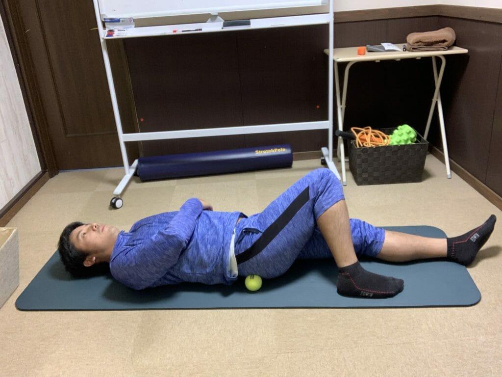 テニスボールでおしりのマッサージをする